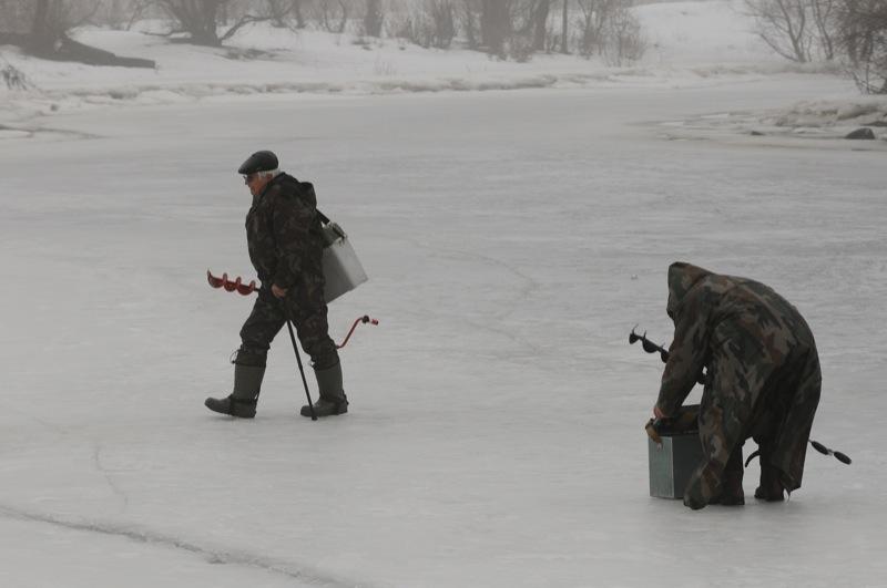 Рибалки ловлять рибу на затоці Дніпра Собаче гирло в Києві. Фото: Володимир Бородін / Велика Епоха