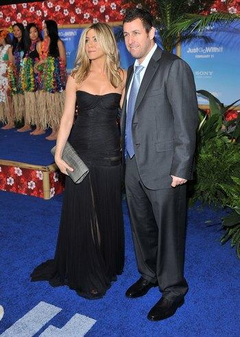 Актеры Адам Сэндлер и Дженнифер Энистон на премьере фильма Притворись моей женой в Нью-Йорке, 8 февраля. Фото: Stephen Lovekin/Getty Images
