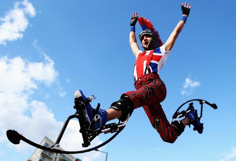 Лондон, Англія, 19 липня. Артисти вітають прибуття новозеландської команди до Олімпійського парку. Фото: Paul Gilham/Getty Images
