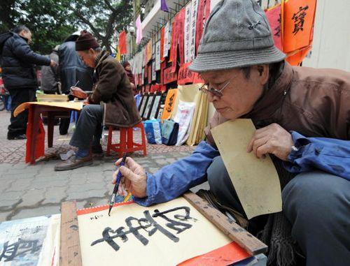 Ханой (Вьетнам). На улицах продают произведения каллиграфии. Фото: HOANG DINH NAM/AFP/Getty Images