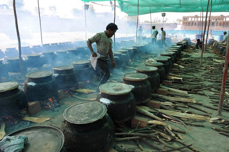Ахмедабад, Індія, 22 лютого. Кухар готує частування для гостей масової весільної церемонії. 151 пара ухвалила рішення поєднатися в цей день подружнім зв'язком. Фото: SAM PANTHAKY/AFP/Getty Images