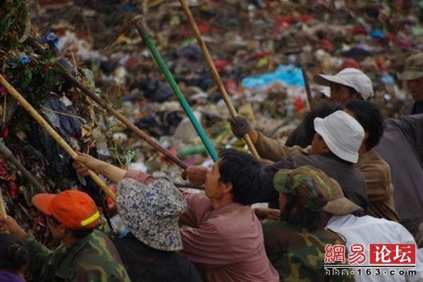 «Тряпичники» - люди из бедных районов, на свалке они перебирают мусор и ищут вещи пригодные для использования или сдачи на вторичную переработку