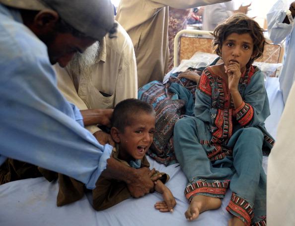 Дітей, що пережили потужний землетрус в Пакистані, оглядають лікарі. Фото: BANARAS KHAN/AFP/Getty Images