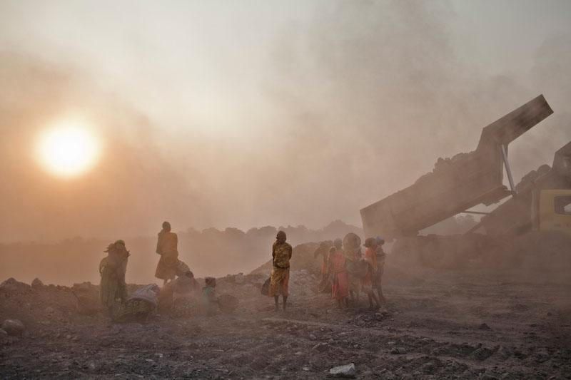 Самосвал выгружает отходы на свалку. Фото: Daniel Berehulak/Getty Images