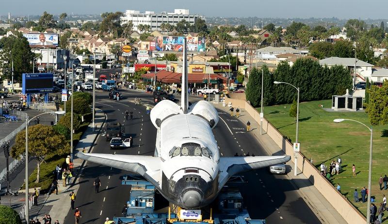 Инглвуд, США, 13 октября. Шаттл «Индевор» совершает 12-мильное путешествие по улицам города, направляясь в Калифорнийский научный центр на вечную стоянку. Фото: Wally Skalij-Pool/Getty Images