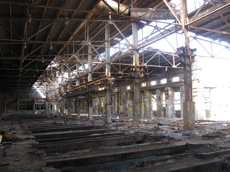 Другий поверх ртутного цеху заводу «Радикал». За словами фотографа Олексія Батченка, уламки просякнуті ртуттю настільки, що, випаровуючись з них, вона утворює калюжі — і вони так і лежать під відкритим небом. Фото: Олексій Батченко