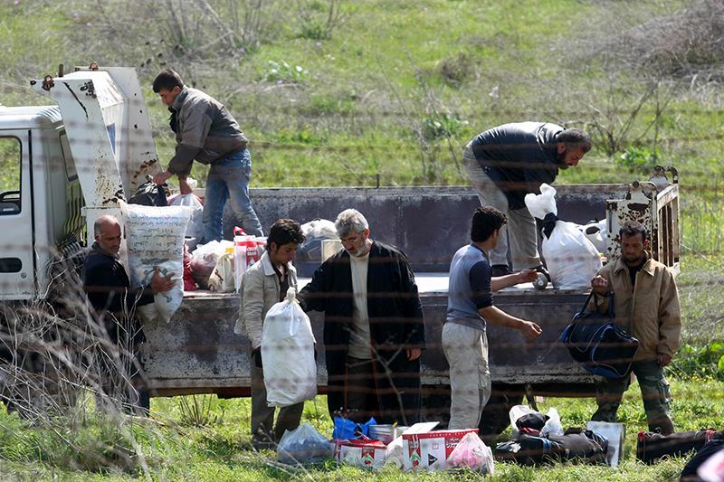 Сирийские беженцы за колючей проволокой, прибывшие на границу между Сирией и Турцией, рядом с городом Рейханлы,провинции Хатай, 27 марта 2012 года. Фото: ADEM ALTAN/AFP/Getty Images