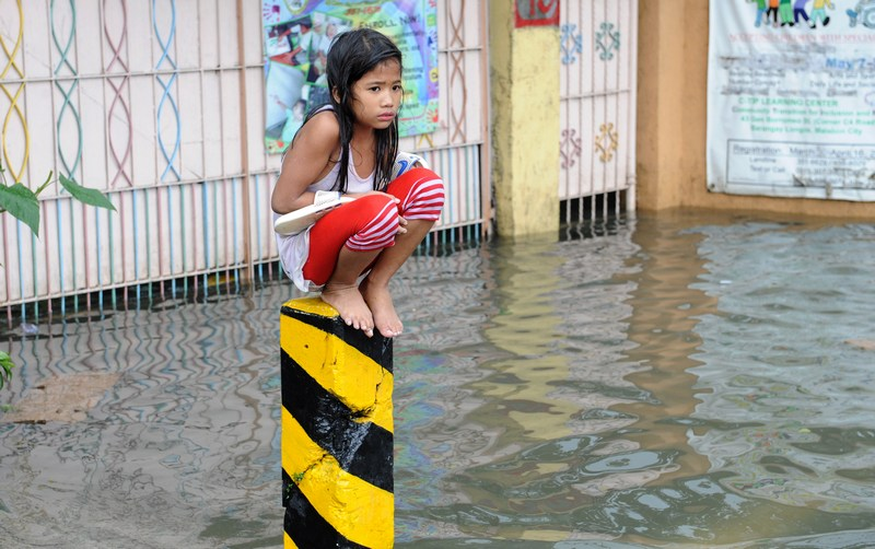 Маніла, Філіппіни, 8 серпня. Сильні тропічні зливи затопили місто, завдавши збитків понад 1 млн осіб. Фото: JAY DIRECTO/AFP/GettyImages