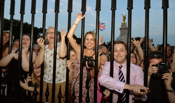 Люди собрались посмотреть на оглашение о рождении королевского ребёнка. Фото: JOHN STILLWELL/AFP/Getty Image