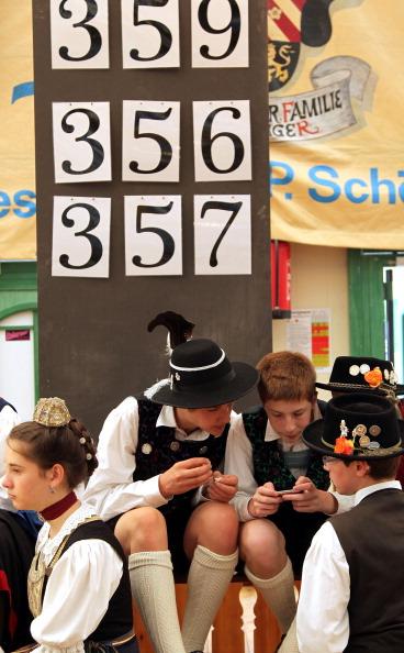 Табло з оцінками виступів конкурсантів. Фото: Johannes Simon/Getty Images
