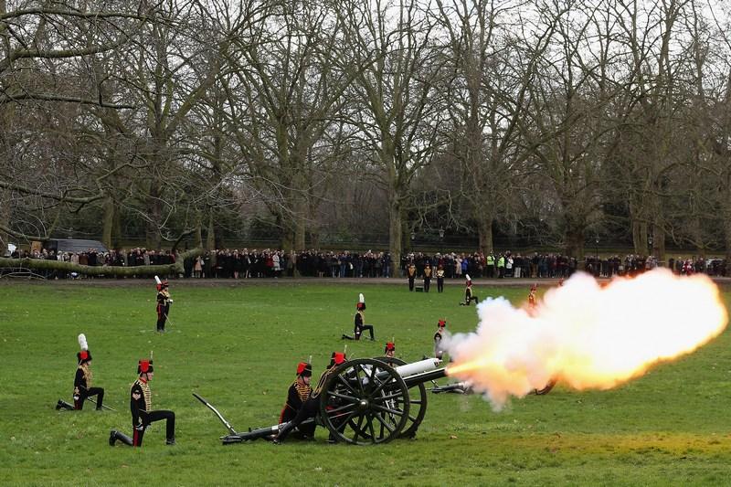 Лондон, Англія, 6 лютого. На честь 61-ї річниці сходження Єлизавети II на престол гвардійська кінна артилерія випустила салют із 41 залпу. Фото: Dan Kitwood/Getty Images