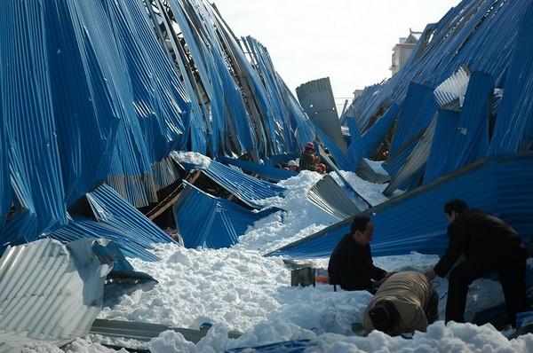 Не витримавши снігу, обвалився дах ринку в повіті Лошан провінції Шеньсі. Фото з epochtimes.com