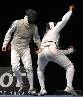 Гент. Бельгия. Чемпионат Европы по Фехтованию. Француз Erwan Le Pechoux (слева) и итальянец Andrea Baldini (справа) фехтуют во время соревнований. Фото: DIRK WAEM/AFP/Getty Images