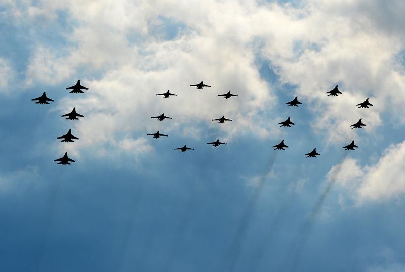 В небі над Жуковським, Росія, 10 серпня. Літаки Су-27, Су-25 і МіГ-29 вишикувалися у вигляді цифри 100 на честь 100-річного ювілею ВПС Росії. Фото: NATALIA KOLESNIKOVA/AFP/GettyImages