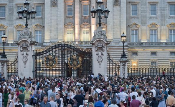 Люди прийшли послухати оголошення про народження дитини в королівській сім'ї. Фото: WILL OLIVER/AFP/Getty Images