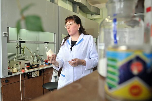 Работник лабаратории в ГП «Укрметртестстандарт». Фото: Владимир Бородин/The Epoch Times Украина