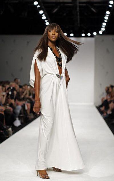 Наоми Кэмпбелл (Naomi Campbell) на показе новой коллекции женской одежды марки Issa сезона весна-лето 2009
