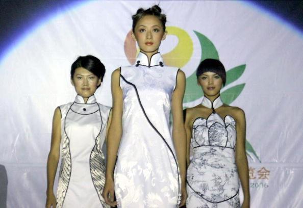 Модели в традиционном платье «ципао». Шеньян, 6 сентября 2005 г. Фото: AFP/Getty Images