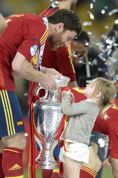 Ребёнок испанского полузащитника Хаби Алонсо не отдаёт трофей Евро-2012, 1июля 2012года, Олимпийский стадион в Киеве. Фото: FILIPPO MONTEFORTE/AFP/Getty Images