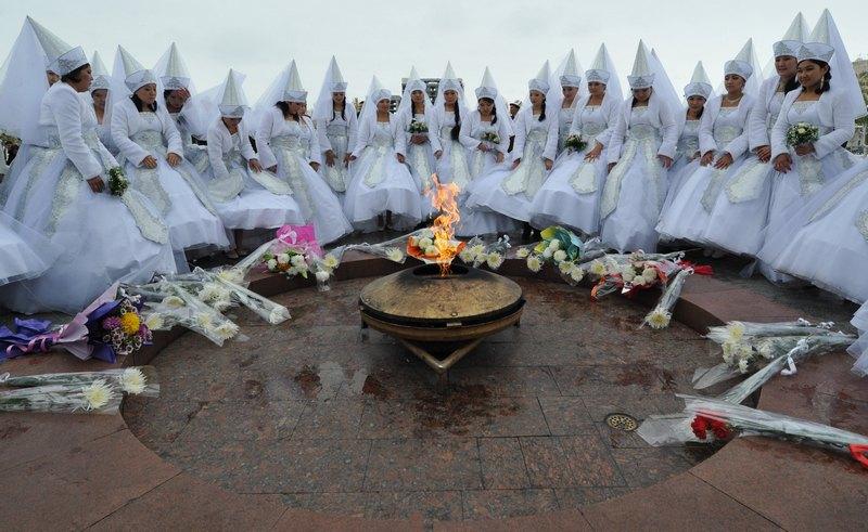 Бишкек, Кыргызстан, 13 ноября. В городе прошла массовая церемония бракосочетания — 35 пар соединили себя узами Гименея. Фото: VYACHESLAV OSELEDKO/AFP/Getty Images