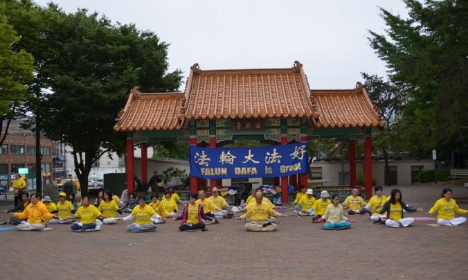 Сиэттл, США. День памяти погибших от репрессий практикующих Фалунь Дафа. Фото: Великая Эпоха