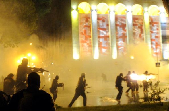 У Тбілісі в ніч на 26 травня, грузинські солдати спецназу силою розігнали акцію протесту на проспекті Руставелі. Фото: VANO SHLAMOV/Getty Images