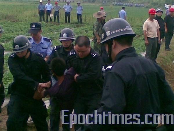 Рейдерське захоплення землі місцевою владою супроводжувався побиттям та арештом селян. Провінція Фуцзянь. Липень 2010 р. Фото: The Epoch Times