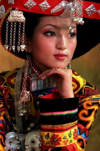 Модель в национальном костюме народности И. Сичан провинции Сычуань, 29 июля 2005 г. Фото: Getty Images
