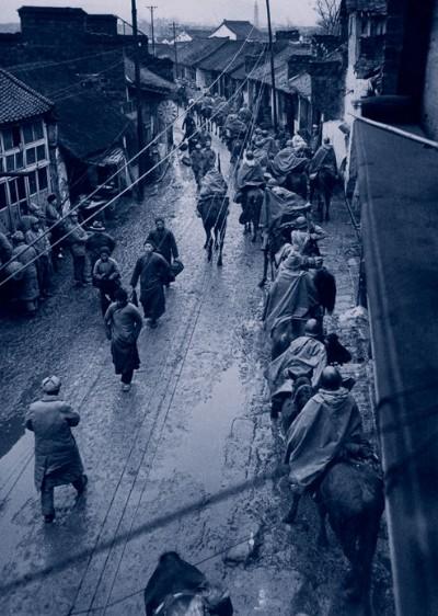 Кавалерия отступает на юг под холодным ветром и дождём. Шанхай. Ноябрь 1948 год. Фото с aboluowang.com