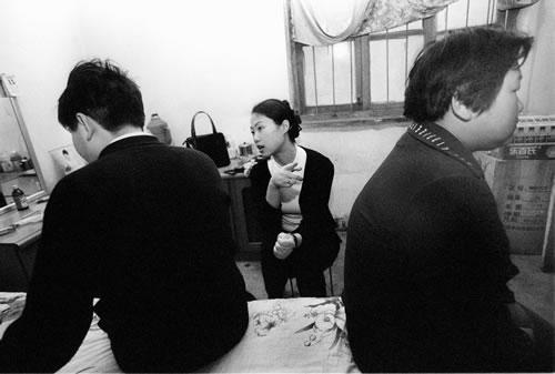 27-летняя начальник ЖЭКа пытается помирить поссорившихся супругов. Фото с epochtimes.com