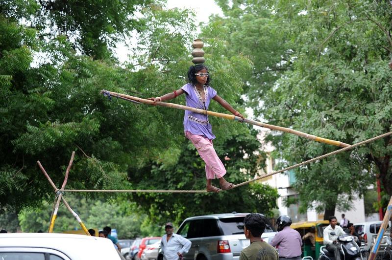 Ахмедабад, Индия, 24 июля. Восьмилетний канатоходец Арти зарабатывает на жизнь представлениями на улицах города. Фото: SAM PANTHAKY/AFP/GettyImages