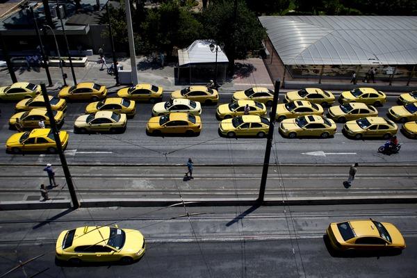 В Греции бастующие таксисты заблокировали дороги туристам. Фото: Angelos Tzortzinis/Getty Images