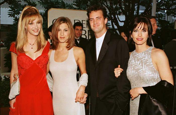 Дженніфер Еністон, Кортні Кокс, Метью Перрі та Ліза Кудроу представляють комедійний серіал «Друзі» на 53-ій церемонії нагородження «Золотий глобус», 1996 рік. Фото: MIKE NELSON/AFP/Getty Images