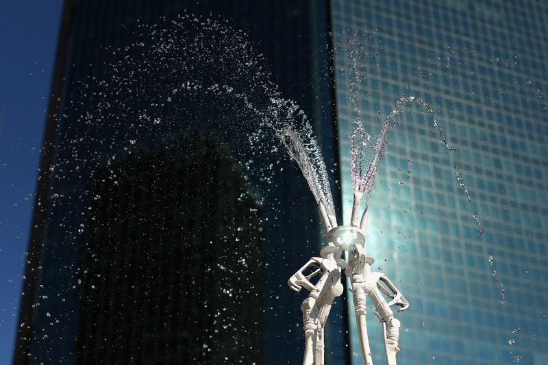 Сидней, Австралия, 17мая. Выставка «Мир без нефти». Фонтан из заправочных шлангов скульптора Джеймса Дайва, созданный под впечатлением начавшегося серийного выпуска в стране электромобилей Nisaan LEAF. Фото: Cameron Spencer/Getty Images for Nissan