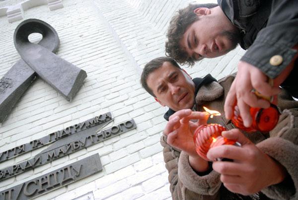 Акция «SOS. Спаси Украину от СПИДа!» прошла возле мемориала «Красная лента» в Киеве 1 декабря 2009 года. Фото: Владимир Бородин/The Epoch Times