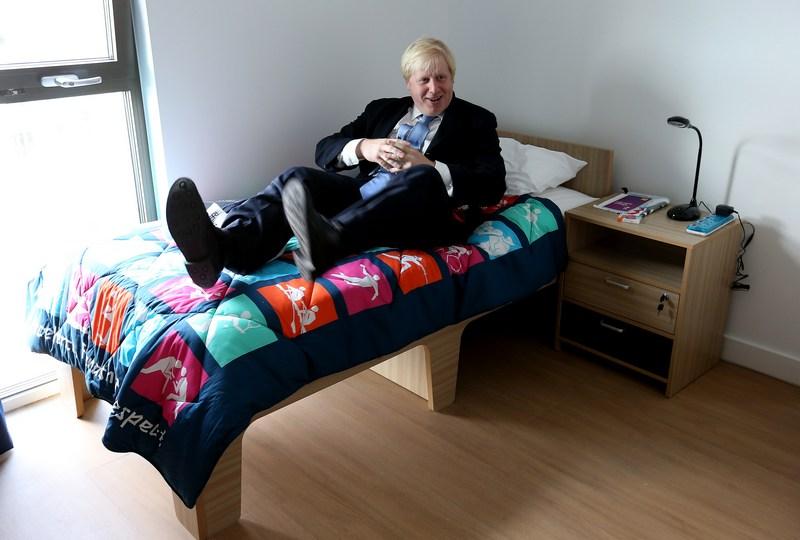 Лондон, Англия, 12 июля. Мэр Борис Джонсон проверяет качество кровати во время посещения Олимпийской деревни. Фото: Scott Heavey — Pool/Getty Images