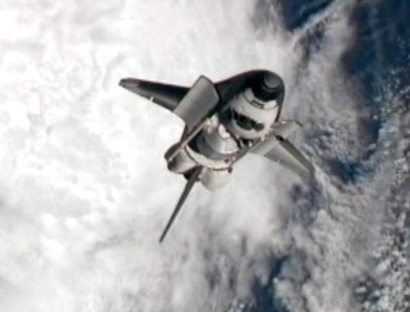Шаттл «Атлантис» выполняет маневр «обратный кувырок». Фото: NASA via Getty Images