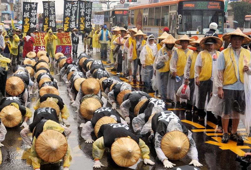 Тайбэй, Тайвань, 28 октября. Тысячи демонстрантов вышли на улицы города с требованием повышения зарплаты. Фото: Mandy Cheng/AFP/Getty Images