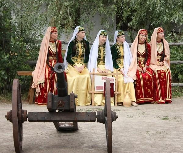 Кримськотатарські дівчата, 19 червня 2010. Фото: Володимир Бородін/The Epoch Times