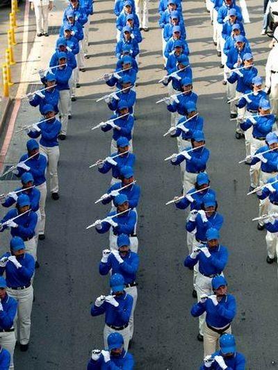 В центре шествия шла колонна «Небесного оркестра». Фото: Тан Бин/ The Epoch Times