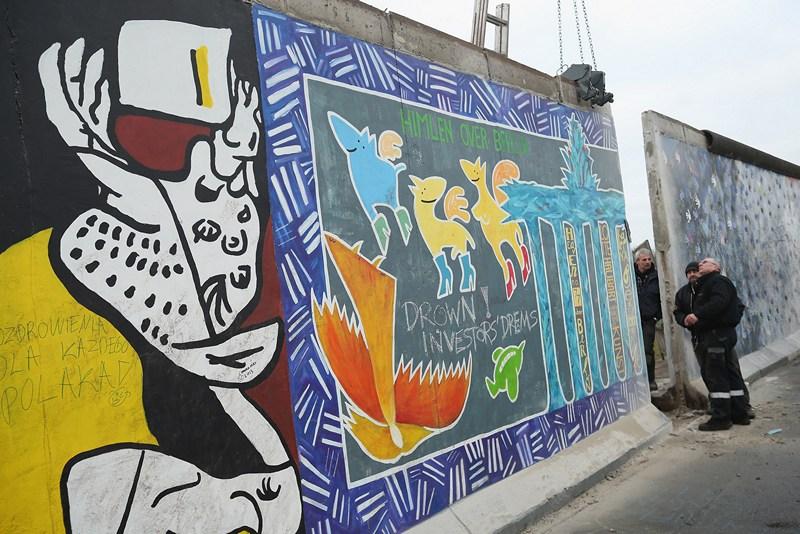 Немецкие активисты протестуют против сноса остатков Берлинской стены. Фото: Sean Gallup/Getty Images
