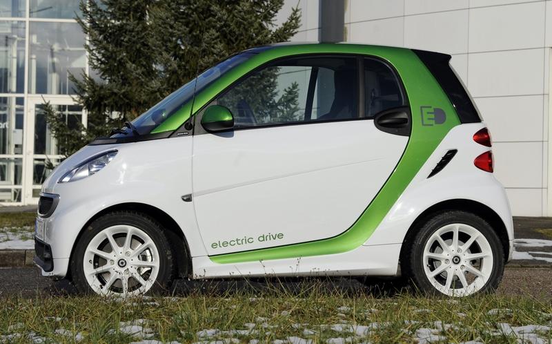 Амбак, Франція. 11грудня. У першому кварталі наступного року починається випуск третього покоління двомісних електромобілів «Smart ForTwo». Фото: JEAN-CHRISTOPHE VERHAEGEN/AFP/Getty Images