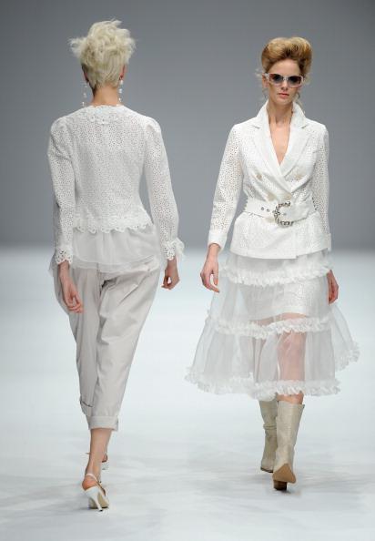 Презентація колекції від Yukiko Hanai весна /літо 2011 на Тижні моди в Токіо, Японія. Фото TORU Yamanaka/afp/getty Images