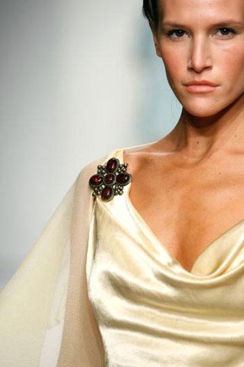 Коллекция одежды сезона весна-2008 от Samora на Неделе моды Mercedes-Benz Fashion Week в Калвер-Сити (Калифорния). Фото: Mark Mainz/Getty Images for Samora