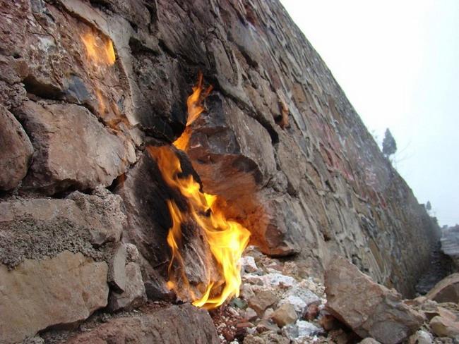 Таинственный подземный огонь в провинции Гуйчжоу. 27 февраля 2009 г. Фото: The Epoch Times