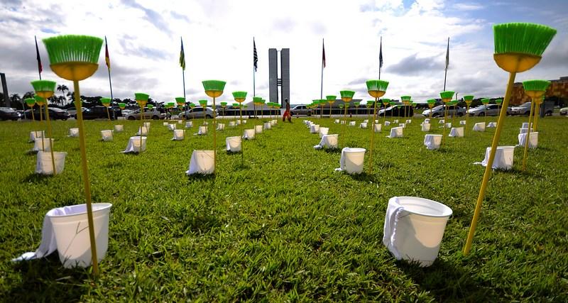 Рио-де-Жанейро, Бразилия, 30 января. Организация «Река мира» установила перед зданием Национального конгресса 81 комплект для уборки (по количеству сенаторов) для «очистки» сената от коррупции. Фото: PEDRO LADEIRA/AFP/Getty Images
