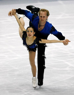 Американські фігуристи Rena Inoue і John Baldwin на чемпіонаті в Токіо. Фото: TORU YAMANAKA/AFP/Getty Images