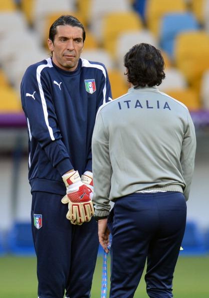 Итальянцы Джанлуиджи Буффон (слева) и главный тренер Чезаре Пранделли принимают участие в тренировке на стадионе Киева 23июня 2012года. Фото: SERGEI SUPINSKY/AFP/Getty Images