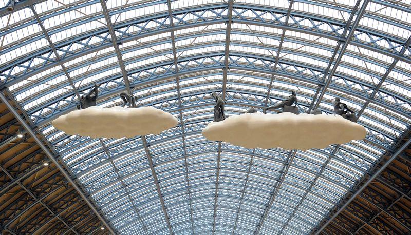 Лондон, Англія, 18 квітня. Під дахом вокзалу Сент-Панкрас скульптори Люсі та Хорхе Орта підвісили величну композицію «Хмара: Метеори». Фото: Stuart C. Wilson/Getty Images for HS1 Ltd