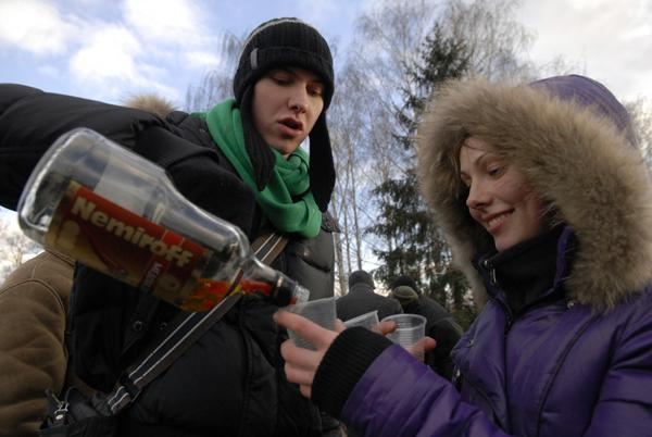 Грелись на празднике не только плясками, а и горячительными напитками. Фото: Владимир Бородин/The Epoch Times Украина